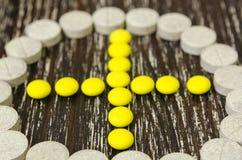 Tablets ausgebreitet in Pluszeichen umrissenem Kreis Stockfotografie