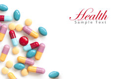 tablets den färgrika pillen för bakgrund white Royaltyfria Bilder