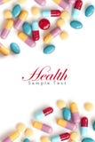 tablets den färgrika pillen för bakgrund white Arkivfoton