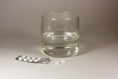Tablets mit einem Glas Wasser lizenzfreie stockfotos