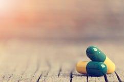 tablets Preventivpillerar på en träbakgrund apotek Medicin Full sked av tabletes Royaltyfria Foton