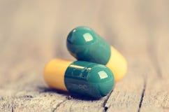 tablets Preventivpillerar på en träbakgrund apotek Medicin Full sked av tabletes Fotografering för Bildbyråer