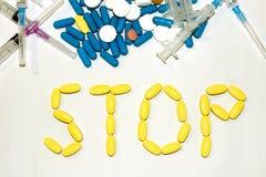 Tablets und Kapseln werden der Wort Halt ausgebreitet spritzen Stockfotos