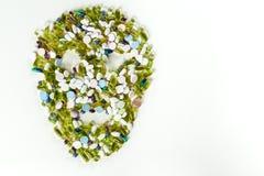 Tablets und Pillen, diese Form ein gruseliger Schädel auf weißem Hintergrund mit Kopienraum Stockbild