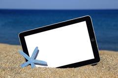 Tabletschablone auf dem Strand Stockbilder