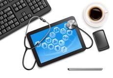 Tabletschirm mit medizinischen Ikonen und Stethoskop Lizenzfreies Stockfoto
