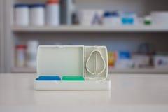 Tabletschneider mit Unschärferegalen der Droge Lizenzfreies Stockfoto