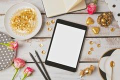 Tabletspott oben mit weiblichen Gegenständen Ansicht von oben Lizenzfreie Stockfotografie