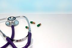 Tabletstethoskop auf einem Leuchtpult, Nahaufnahmen, Medizingesundheitskonzept stockfotografie