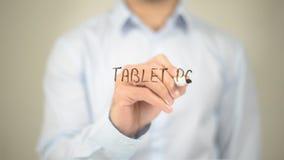 Tablette, écriture d'homme sur l'écran transparent Photographie stock