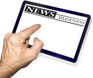 Tablette étant utilisée pour des nouvelles du relevé Photo stock