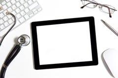 Tablette auf der Tabelle des Doktors Stockbild