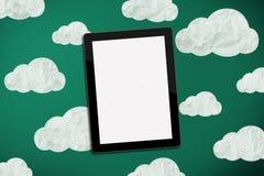 Tablette auf Kreidevorstand mit Wolken Lizenzfreie Stockfotos