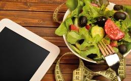 Tablette avec de la salade végétale photos libres de droits