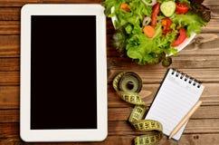Tablette avec de la salade végétale photographie stock