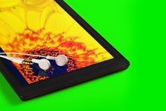 Tablette avec des écouteurs Images stock