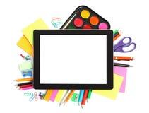Tablette avec des fournitures de bureau d'école Photographie stock libre de droits