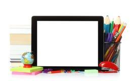 Tablette avec des fournitures de bureau d'école Photo stock