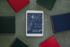 Tablette avec des icônes d'école sur l'écran Photographie stock libre de droits