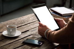 Tablette avec l'écran d'isolement dans des mains masculines Photo libre de droits