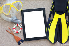 Tablette avec l'écran d'isolement se trouvant sur le sable Photographie stock