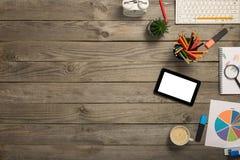 Tablette avec l'écran vide avec le diagramme et les fournitures de bureau Image libre de droits