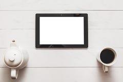 Tablette avec l'écran vide et thé chaud, théière sur la table en bois de grenier Vue supérieure Photo libre de droits