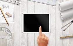 Tablette avec l'écran vide pour la maquette sur le bureau de travail d'architecte Photographie stock libre de droits