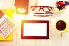 Tablette avec l'écran vide sur la vue de bureau de bureau Image libre de droits