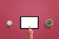 Tablette avec l'affichage blanc d'isolement pour la maquette Écran tactile de main de femme Photographie stock libre de droits