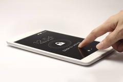 Tablette avec l'icône de serrure sur le fond blanc Image stock