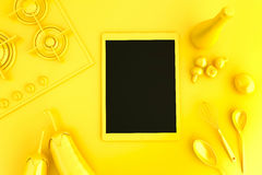 Tablette avec la collection de légumes et d'ustensiles de cuisine Photographie stock libre de droits