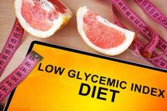 Tablette avec le bas régime glycémique d'index Photos stock