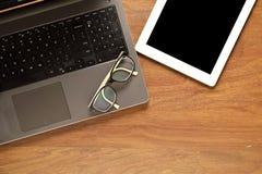 Tablette avec le copyspace, et d'autres articles sur un bureau en bois Photo libre de droits