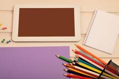 Tablette avec le crayon de papier et coloré Photo libre de droits