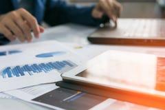 Tablette avec le rapport de graphiques et de diagrammes de gestion Images libres de droits