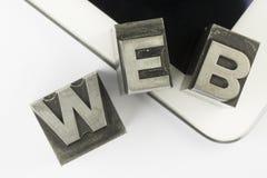 Tablette avec le vieux type lettres d'impression à l'encre d'avance Photographie stock libre de droits
