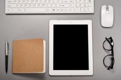 Tablette avec un clavier, une souris d'ordinateur, un stylo et un bloc-notes Photos libres de droits