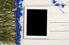 Tablette blanche avec un écran vide Photos libres de droits