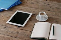 Tablette blanche avec un écran vide Image stock