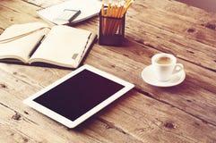 Tablette blanche avec un écran vide sur la table en bois Images stock