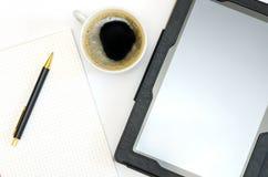 Tablette, bloc-notes avec un stylo et une tasse de café Photo stock
