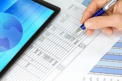 Tablette-Computer mit Handfeder-Abbildungen und Diagrammen Lizenzfreies Stockfoto