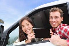 Tablette - couple dans la voiture montrant l'écran images stock