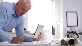 Tablette d'Interior Office Use d'homme d'affaires et base de données technique en ligne d'Access clips vidéos