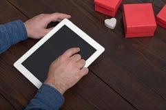 Tablette dans des mains des hommes Photos libres de droits