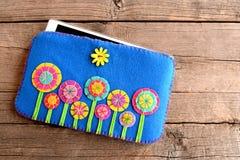 Tablette dans la couverture lumineuse sur le vieux fond en bois La Tablette a senti le cas mou avec le modèle de fleurs lumineux  Photographie stock