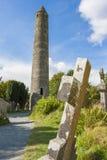 Tablette dans le cimetière de Glendalough et la tour ronde Photo libre de droits