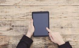 Tablette de Digital avec l'écran d'isolement dans des mains masculines Vue supérieure avec l'espace de copie L'espace libre pour  Photo libre de droits