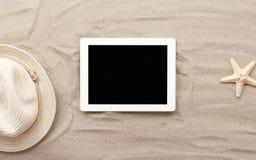Tablette de Digital avec l'écran vide sur la plage Image stock